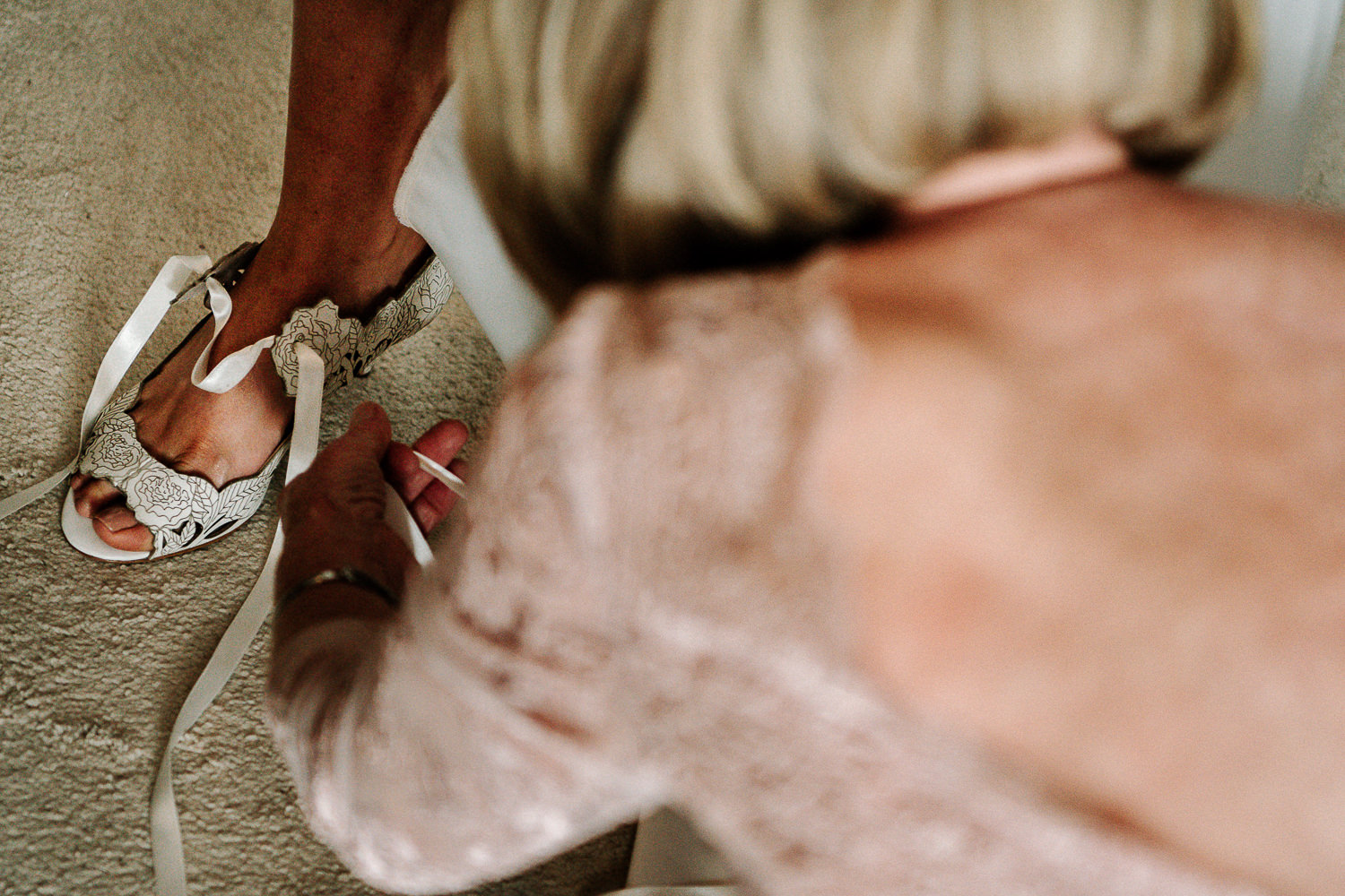 brides mum putting her shoes on