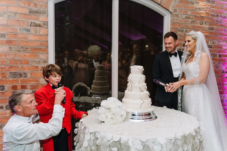 Couple cutting the cake